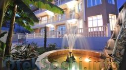Декоративный фонтан на территории отеля в Сочи «Таис»